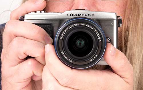 Olympus E-P1 mang dáng vẻ dòng Pen cũ. Ảnh: Photography.