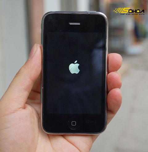 Máy chỉ khởi động với logo Apple và chưa thể đi vào màn hình Home. Ảnh: Quốc Huy.