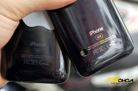 So sánh mặt sau iPhone 3GS 8GB với iPhone 3G 8GB. Ảnh: Quốc Huy.