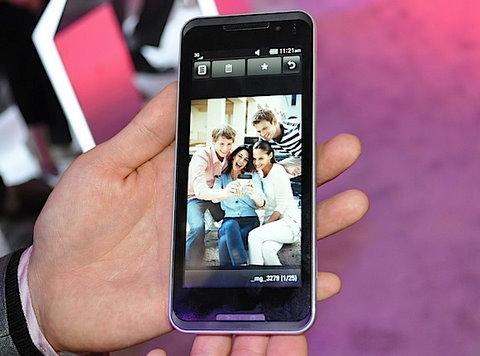 LG GW990 - chiếc siêu di động màn hình lớn của LG. Ảnh: Engadget.