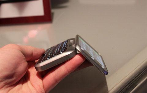 Motorola Backflip lật độc đáo. Ảnh: Engadget.