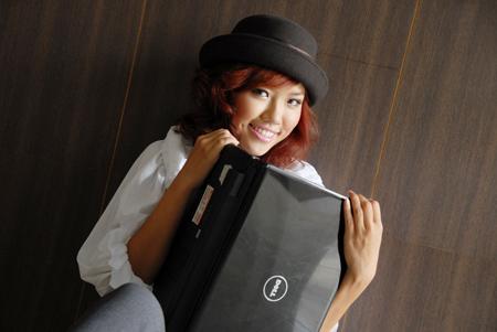 Xem Inspiron 1464 bên người mẫu Joxy Nguyen