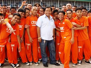 Byron Garcia và các phạm nhân. Trong số hơn 1.000 người tham gia nhảy Thriller, có hơn 300 bị buộc tội giết người. Ảnh: byronfgarcia.
