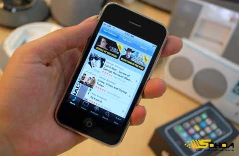 iPhone chính hãng sẽ bán ở Việt Nam ngày 26/3. Ảnh: Quốc Huy.