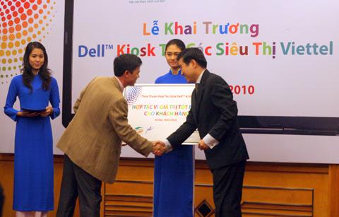 Viettel và Dell cùng hợp tác bán máy tính. Ảnh: Quốc Huy.