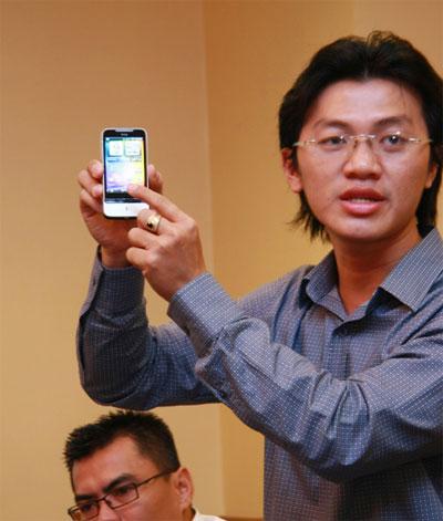 Đại diện của HTC giới thiệu tính năng của Legend.