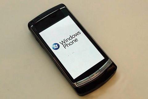 Đây thực chất là chiếc Omnia HD có chỉnh sửa để chạy Windows Phone 7. Ảnh: Mobile Tech World.