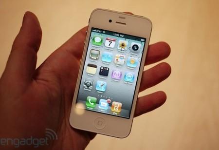 iPhone 4 là nguyên nhân chính khiến các model cũ bán chậm.