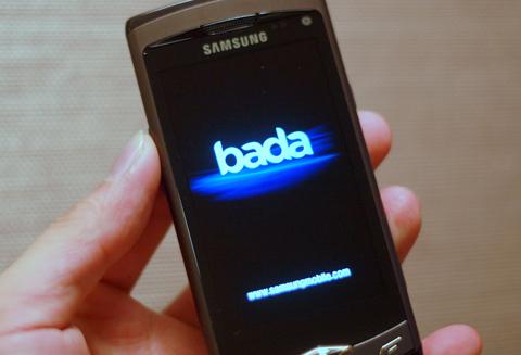 Các nhà sản xuất phần mềm Việt Nam ký thỏa thuận xây dựng ứng dụng cho Bada. Ảnh: Quốc Huy.