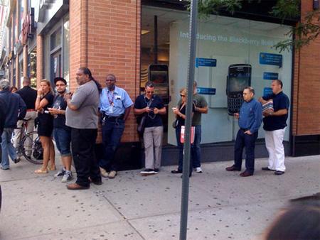 Nhiều người xếp hàng để đặt iPhone 4.