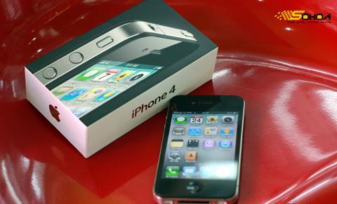 iPhone 4 với hộp đựng rất nhỏ. Ảnh: Quốc Huy.