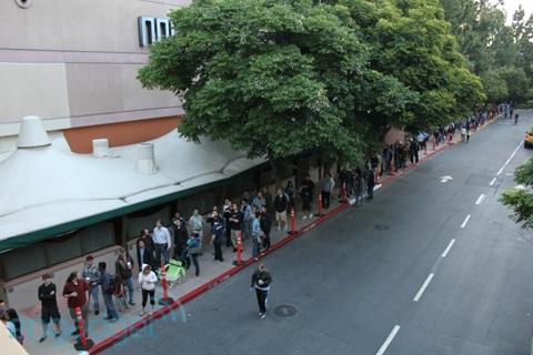 Dòng người xếp hàng chờ mua iPhone 4. Ảnh: Engadget.