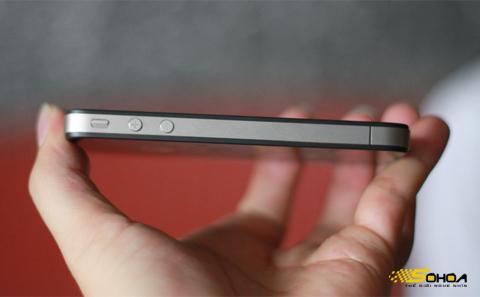 Apple khuyên người dùng không nên che đi khớp ăng ten. Ảnh: Quốc Huy.