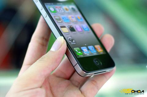 Để iPhone 4 có sóng, người dùng không được che khớp nối phần ăng ten. Ảnh: Quốc Huy.