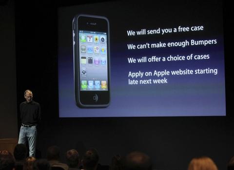 Apple cung cấp bao đựng ngoài cho iPhone 4 miễn phí. Ảnh: Reuters.