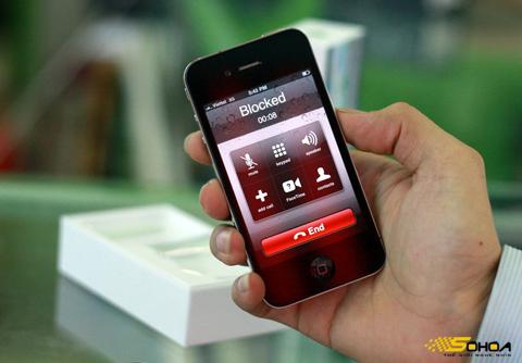 Giá iPhone 4 tại Việt Nam còn cao. Ảnh: Quốc Huy.