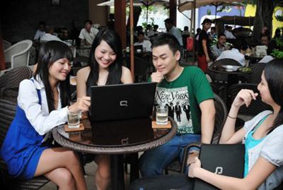 Chiếc laptop này còn được trang bị webcame 2.0 MP và microphone trực thoại cho những buổi trò chuyện hay họp nhóm trực tuyến.