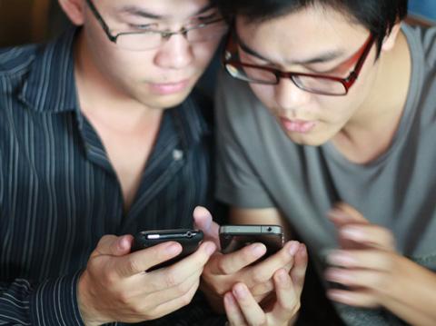 Nhu cầu đổi các bản cũ nâng cấp lên iPhone 4 nhiều hơn trong thời gian gần đây. Ảnh: Quốc Huy.