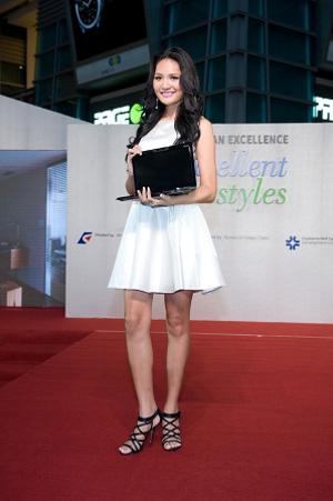 Hoa hậu Hương Giang trình diễn với các sản phẩm công nghệ Đài Loan tại buổi họp báo.