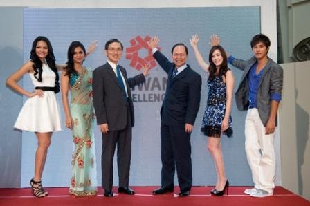 Bộ trưởng bộ kinh tế Đài Loan và Phó chủ tịch Hội Đồng Phát Triển Ngoại Thương Đài Loan chụp ảnh lưu niệm cùng các đại sứ của chiến dịch Taiwan Excellence.