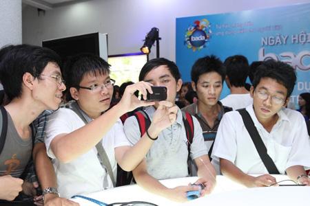 Tranh thủ trải nghiệm nền tảng bada trên chiếc điện thoại Samsung Wave vào giờ giải lao