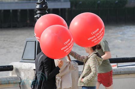 Nhiều phụ nữ mang bóng bay màu đỏ quảng cáo cho Nokia trước trung tâm diễn ra sự kiện của HTC.