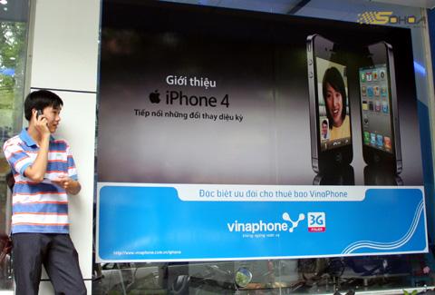 iPhone 4 chính hãng giá tốt, nhưng bản xách tay vẫn còn cao. Ảnh: Quốc Huy.