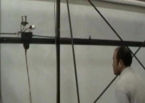 Robot đang sơn màn chiếu. Ảnh chụp từ clip