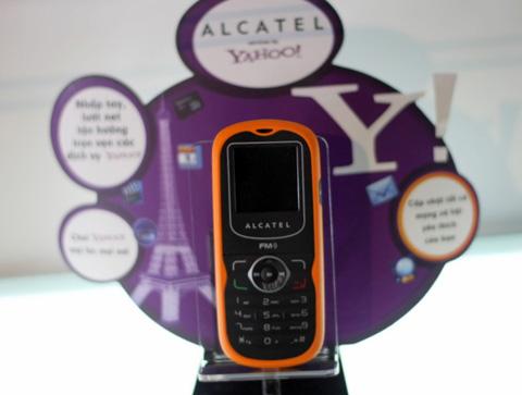 Mẫu di động rẻ nhất của Alcatel. Ảnh: Quốc Huy.