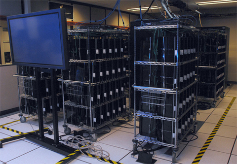 Siêu máy tính được làm từ hơn 1.700 máy game PlayStation ở Bộ quốc phòng Mỹ. Ảnh: SFgate.
