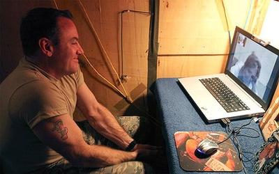 Howard nói chuyện với Lawrence qua Skype. Ảnh: Express-News.