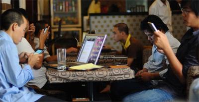 Khi công nghệ chưa phổ biến, con người sẽ nói chuyện với nhau thay vì nói chuyện với màn hình điện thoại.