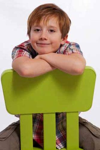 Với kiểu này phải ngồi thẳng lưng để tránh cảm giác gù. Ảnh: Photography Poses.