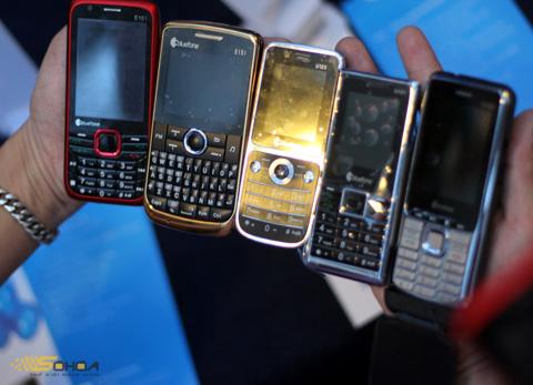 Năm mẫu di động mang thương hiệu Bluefone của CMC. Ảnh: Quốc Huy.