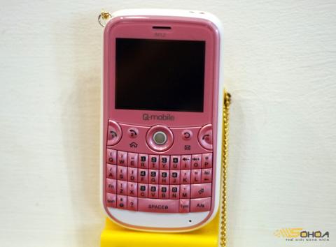 Các mẫu di động của Q-mobile có giá thấp, nhiều màu sắc. Ảnh: Quốc Huy.
