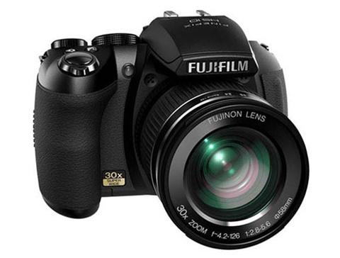Fujifilm Finepix HS10 có zoom quang tới 30x. Ảnh:   Letsgodigital.