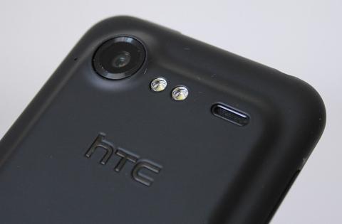 Thiết bị sở hữu camera 8 Megapixel, hai đèn flash LED.