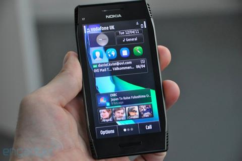 Máy sử dụng màn hình AMOLED 4 inch, Nokia không thông báo có sử dụng công nghệ ClearBlack như E7 hay không.