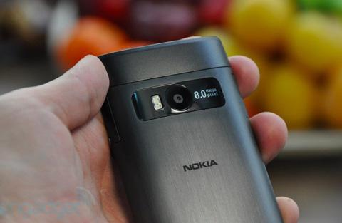 Mặt sau máy với camera 8 Megapixel, không hỗ trợ tự động lấy nét, cho phép quay phim HD.