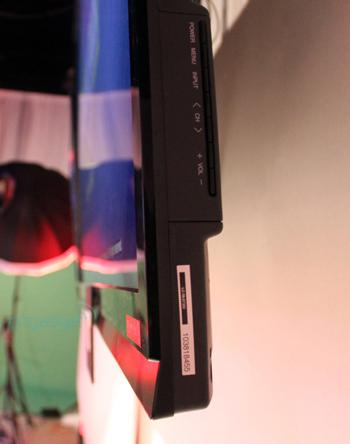 Màn hình có kích thước mỏng trung bình do sử dụng đèn nền Full LED thay vì LED viền.