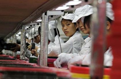 Công nhân đang sản xuất thiết bị cho Apple.