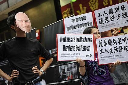 Một người đeo mặt nạ Steve Jobs