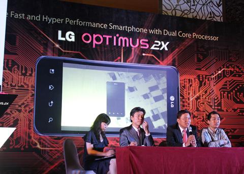 Trao đổi với Số Hóa, đại diện của hãng cho biết, cùng với Optimus 2X, các model khác như Optimus Black (bán tháng 6) và Optimus 3D (bán ra tháng 7) sẽ tiếp tục có mặt tại Việt Nam.
