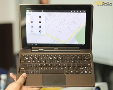 Lắp bàn phím vào, trông máy như một chiếc netbook.
