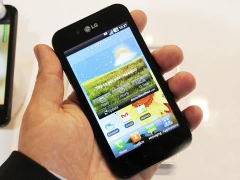 LG Optimus Black hỗ trợ cường độ sáng lên tới 700 đơn vị