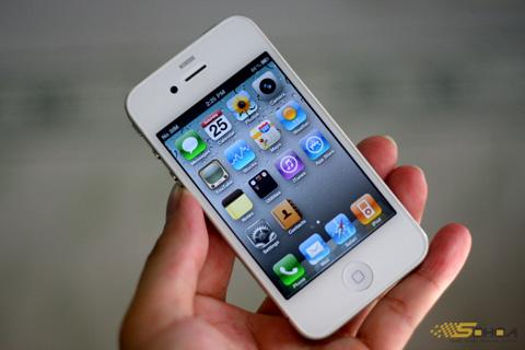 Các mẫu iPhone 4 màu trắng trên thị trường xách tay giữ giá. Ảnh: Quốc Huy.