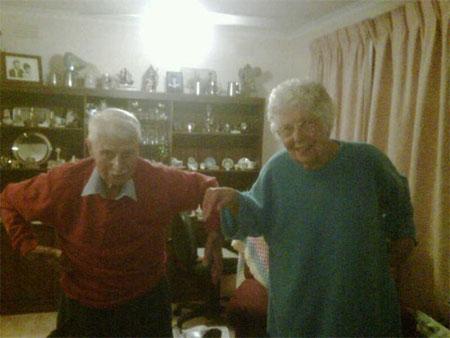 Cơn sốt đang lan rộng và đến cả cụ già 88 tuổi cũng bắt chước.