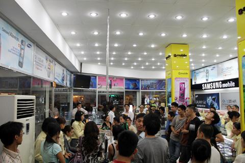 Khoảng 70 người bốc thăm để mua 10 chiếc iPhone 4 màu trắng.