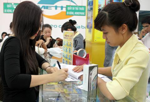 Một vị khách bốc thăm trúng bản 16GB đang thanh toán tiền.