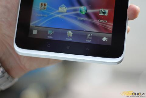 Bên dưới màn hình là 3 nút bấm gồm Home, Menu và Back, sử dụng công nghệ cảm ứng điện dung.